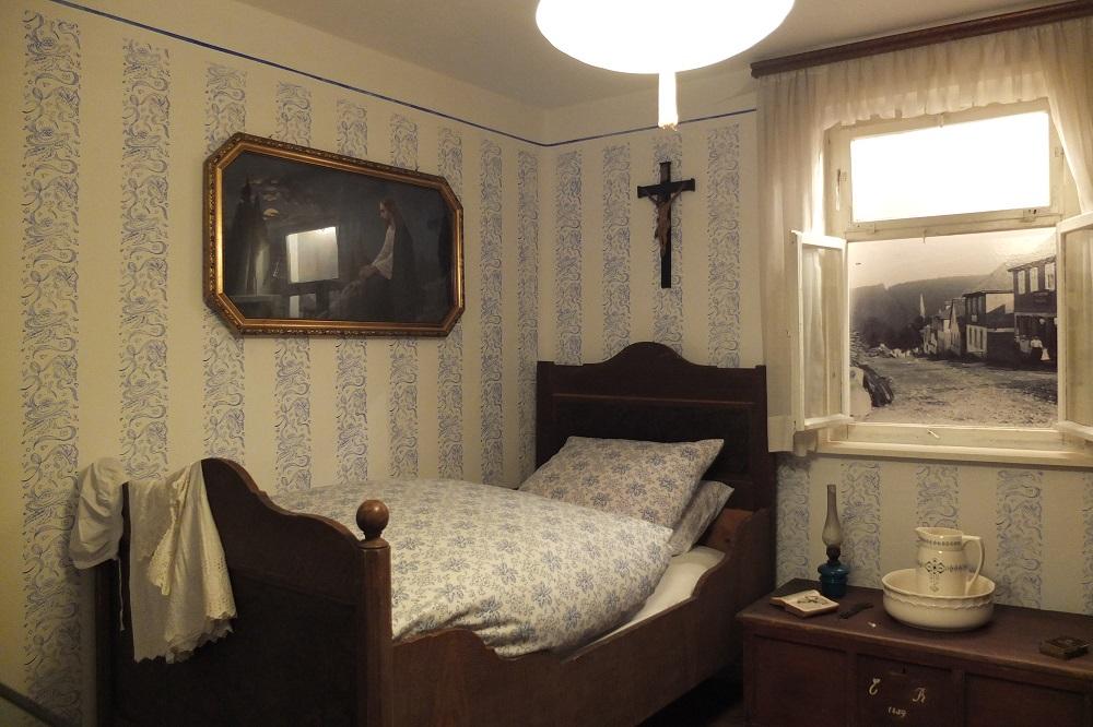 Good Schlafzimmer Bilder Um 1900 #5: ... Darstellung Der Kargen Lebensumstände Der Bürger Um 1900. Dazu Sind  Detailgetreu Eine Küche (gleichzeitig Wohnraum) Und Ein Schlafzimmer  Nachgebildet.